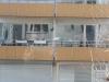 Katt balanserade på balkong