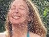 Nettan  njuter av den svala duschen i värmen